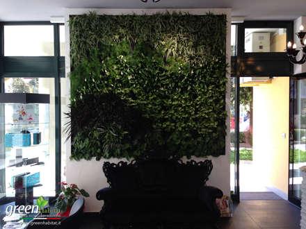 DIVANO E GIARDINO VERTICALE: Sala da pranzo in stile in stile Eclettico di Green Habitat s.r.l.
