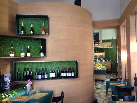 RISTORANTE CON GIARDINO VERTICALE: Cantina in stile in stile Moderno di Green Habitat s.r.l.