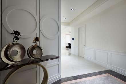 玄關入口地坪採用深色大理石:  飯店 by 雅和室內設計