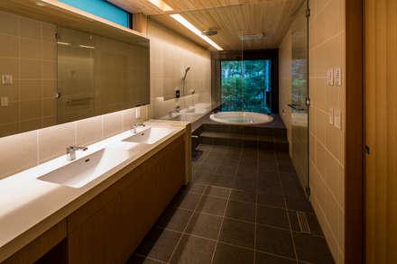 一体化した洗面室と浴室: アトリエ慶野正司 ATELIER KEINO SHOJI ARCHITECTSが手掛けた浴室です。