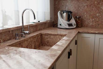 Leiria 01: Cozinhas clássicas por Eficema, móveis lda