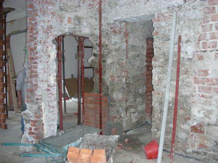 ristrutturazione casa vacanze: Soggiorno in stile in stile Coloniale di Della Bona & Fiorentini Studio di Architettura