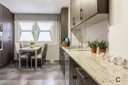 COCINA: Cocinas de estilo moderno de CCVO Design and Staging