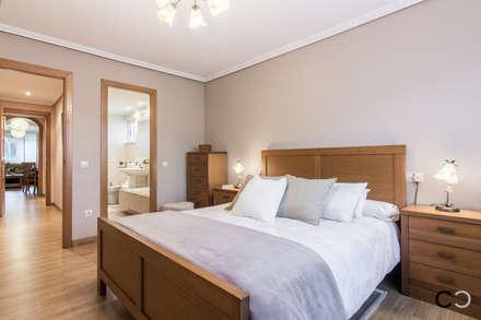 DORMITORIO: Dormitorios de estilo moderno de CCVO Design and Staging