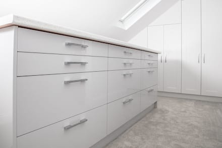 Eve Lane - Home Design including kitchen, bathrooms, entrance, staircase and all fixtures and fittings: modern Dressing room by Brass & Rose Interiors