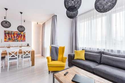 : Livings de estilo escandinavo por AIN projektowanie wnętrz