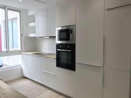 Remodelação Total de Apartamento -Funchal: Cozinhas embutidas  por Ricardo Paulo Henriques Unip Lda