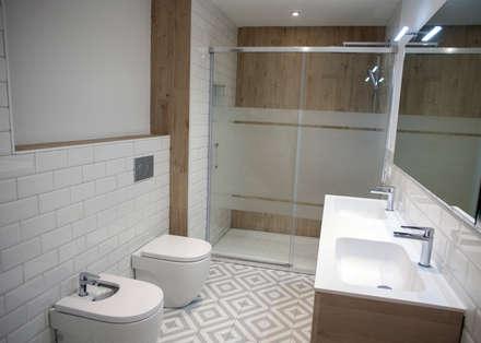 Reforma de baño: Baños de estilo moderno de Grupo Inventia