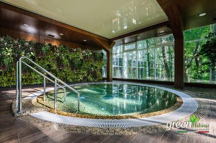 SPA GIARDINO VERTICALE VERDE VIVO: Giardino con piscina in stile  di Green Habitat s.r.l.