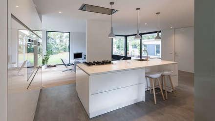 eigentijdse villa: moderne Keuken door CHORA architecten