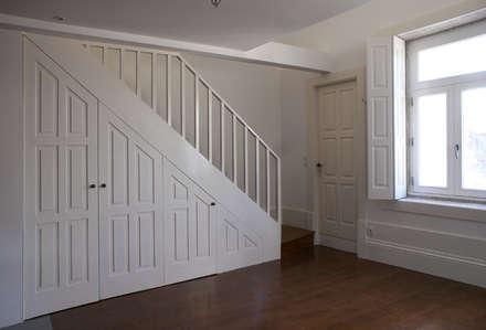 Aproveitamento do vão das escadas: Salas de jantar clássicas por José Melo Ferreira, Arquitecto