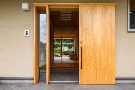 Porte d'ingresso in stile  di 中山大輔建築設計事務所/Nakayama Architects