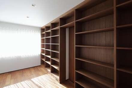 馬込の家: (有)中尾英己建築設計事務所が手掛けた書斎です。