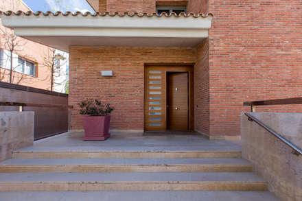 PROYECTO INTEGRAL DE CONSTRUCCIÓN DE VIVIENDA UNIFAMILIAR EN LLEIDA: Puertas de entrada de estilo  de Decara