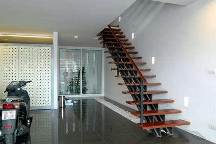 Tầng 1 dành làm chỗ để xe và phòng của người giúp việc phía sau nhà.:  Cửa kinh by Công ty TNHH Thiết Kế Xây Dựng Song Phát