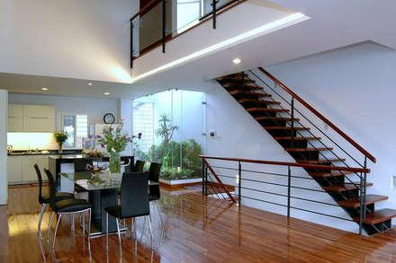 Bàn ăn được đặt tại trung tâm của tầng 2, bên dưới khoảng thông tầng lớn.:  Cầu thang by Công ty TNHH Thiết Kế Xây Dựng Song Phát