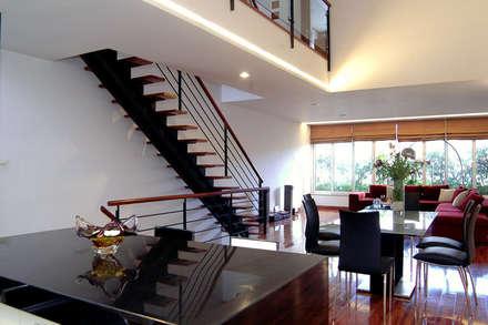 Cầu thang là sự kết hợp khéo léo giữa vật liệu thép và gỗ.:  Cầu thang by Công ty TNHH Thiết Kế Xây Dựng Song Phát