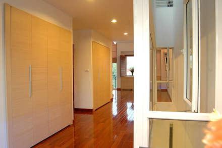 Hệ thống tủ kệ lớn được bài trí giữa nhà.:  Hành lang by Công ty TNHH Thiết Kế Xây Dựng Song Phát