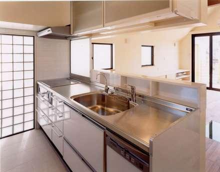 上目黒の家: (有)中尾英己建築設計事務所が手掛けたキッチンです。
