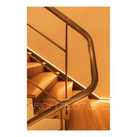 M&C  House: Escaleras de estilo  de FPM Arquitectura
