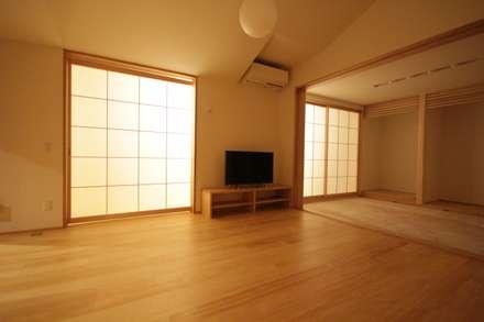 居間: 塚野建築設計事務所が手掛けたリビングです。