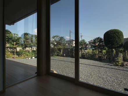 広縁: 塚野建築設計事務所が手掛けたダイニングです。