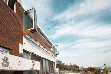 오래된 아파트의 변신, 옥인동 옥인연립 아파트: 미우가 디자인 스튜디오의  창문