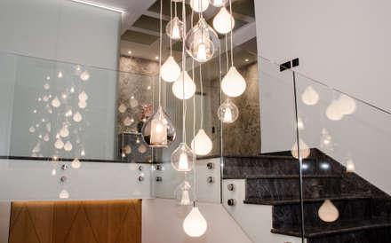 Detalle lampara: Escaleras de estilo  de CARMAN INTERIORISMO