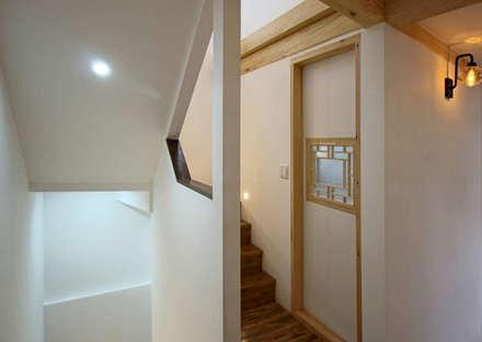 4인 가족을 위한 2층 현대 한옥: 디자인 스루딥의  계단