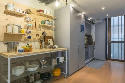 La cucina: Cucina attrezzata in stile  di ZEROPXL   Fotografia di interni e immobili