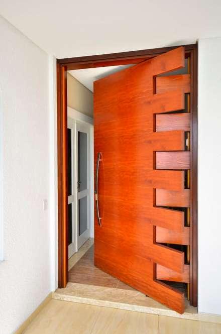 Front doors by Maciel e Maira Arquitetos