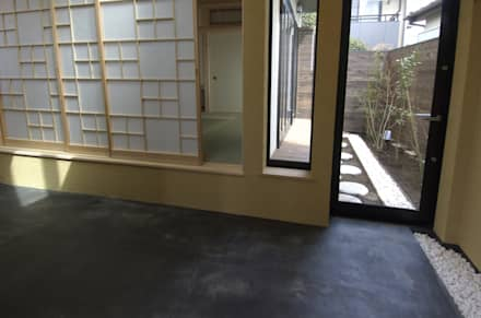 東領家の家: (有)中尾英己建築設計事務所が手掛けたドアです。