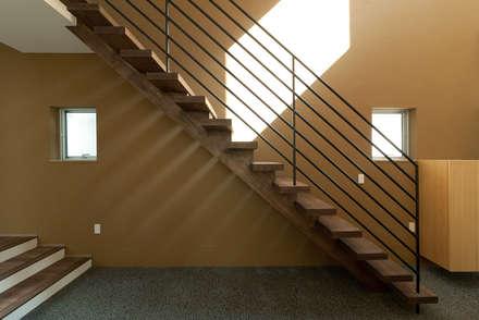 2.5層の家: (有)中尾英己建築設計事務所が手掛けた階段です。