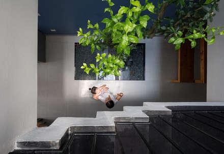 Từ các tầng trên, gia chủ vẫn có thể quan sát không gian bên dưới.:  Cầu thang by Công ty TNHH Thiết Kế Xây Dựng Song Phát