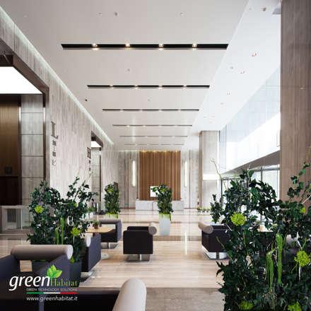 HALL MODERNA CON GIARDINI VERTICALI VIVI E FIORIERE D'ARREDO CON PIANTE DA INTERNO STABILIZZATE: Ingresso & Corridoio in stile  di Green Habitat s.r.l.
