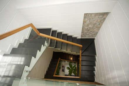 Mẫu Nhà 3 Tầng 6x13m Hướng Tây Có Thiết Kế Mặt Tiền Đẹp, Chắn Nắng:  Cầu thang by Công ty TNHH Xây Dựng TM – DV Song Phát