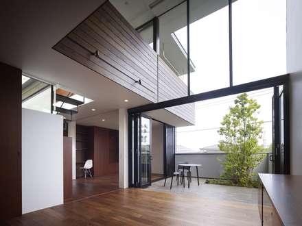 AY 庭とパティオのある家: 山縣洋建築設計事務所が手掛けたリビングです。