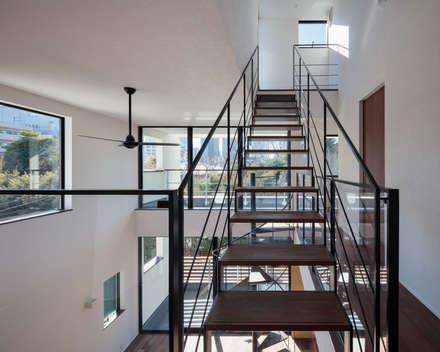 緑と眺望を楽しむ長屋建て住宅: 設計事務所アーキプレイスが手掛けた階段です。