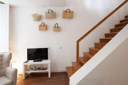Escaleras de estilo  de SHI Studio, Sheila Moura Azevedo Interior Design