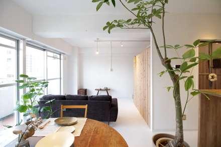 Apartment in Gakuemmae: MimasisDesign [ミメイシスデザイン]が手掛けたリビングです。