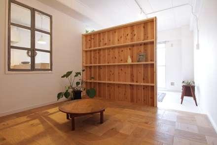 Apartment in Gakuemmae: MimasisDesign [ミメイシスデザイン]が手掛けた寝室です。