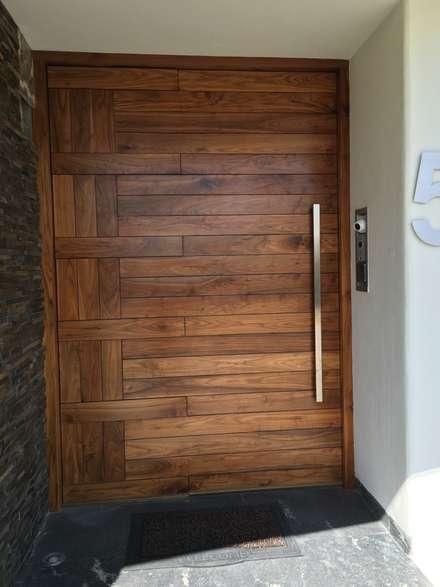 Wooden doors by EESP equipos electrónicos smart home