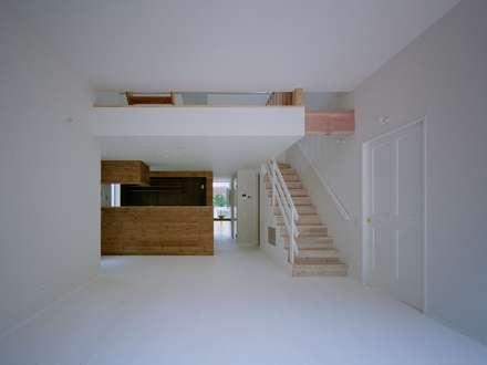高浜台の家: 前田工務店が手掛けたリビングです。