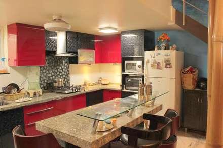 Mr. Siva Rangaswamy: rustic Kitchen by GREEN HAT STUDIO PVT LTD