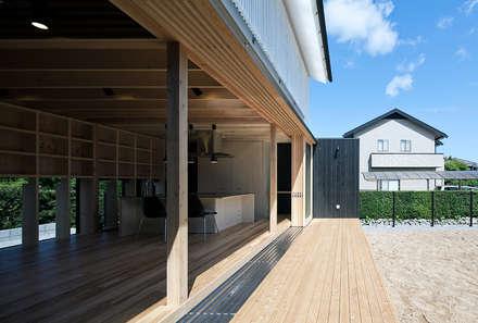 Ventanas de madera de estilo  de 伊藤憲吾建築設計事務所