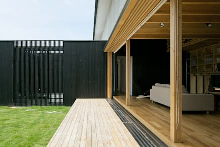 Wooden windows by 伊藤憲吾建築設計事務所