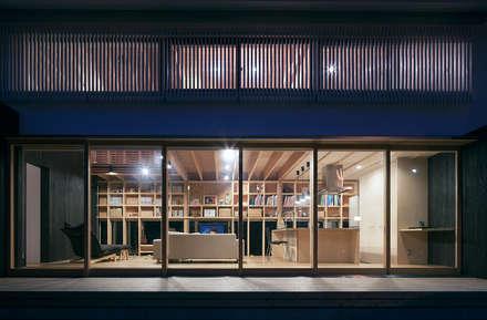 Ventanas de estilo  de 伊藤憲吾建築設計事務所