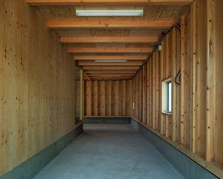 Garajes abiertos de estilo  por 伊藤憲吾建築設計事務所