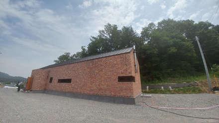 외부전경(우측면): (주)건축&건축사사무소예일의  단층집