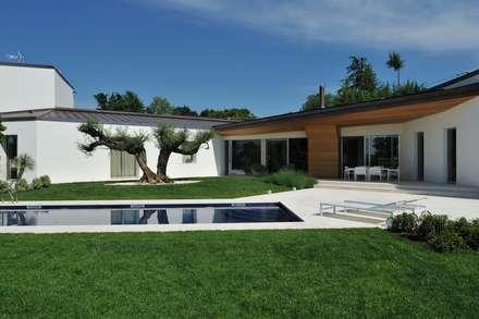 Stile moderno per una villa in legno: Casa di legno in stile  di Woodbau Srl